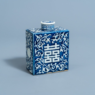 A Chinese blue and white 'Shou' tea caddy, 19th C.