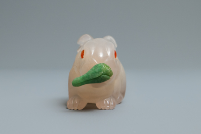 A Chinese carved agate snuff bottle in the shape of a rabbit, 19/20th C.