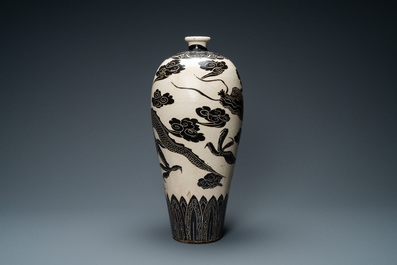 A large Chinese Cizhou meiping 'dragon' vase, Song/Yuan