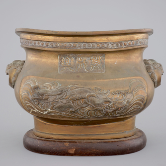 A Chinese bronze jardiniere on wooden stand, 19/20th C.