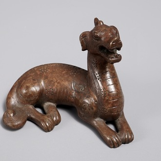 A Chinese bronze scroll or paper weight shaped as a pixiu, 18/19th C.