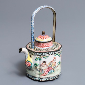 Een Chinese Canton email theepot met Europees decor, Qianlong