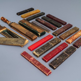 Fifteen razors in original boxes and a few barber's utilities, 20th C.