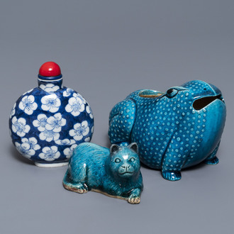 A Chinese turquoise-glazed model of a toad, a cat and a blue and white snuff bottle, Kangxi and 19th C.