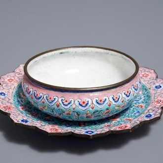 A Chinese Canton enamel brush washer on lotus-shaped stand, 18/19th C.
