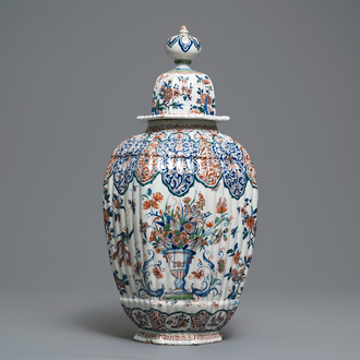 A large ribbed Dutch Delft cashmere palette vase, early 18th C.