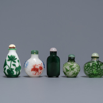 Seven Chinese green overlay snowflake and moulded green glass snuff bottles, 19/20th C.