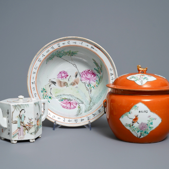 Two Chinese qianjiang cai bowls and a teapot and cover, 19/20th C.