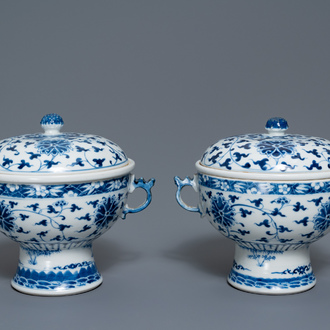 A pair of Chinese blue and white 'lotus scroll' bowls and covers, 19th C.