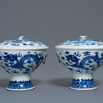 A pair of Chinese blue and white 'dragon' bowls and covers, 19th C.