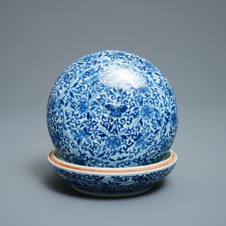 A Chinese blue and white 'butterfly' seal paste box and cover, Kangxi mark, 19th C.