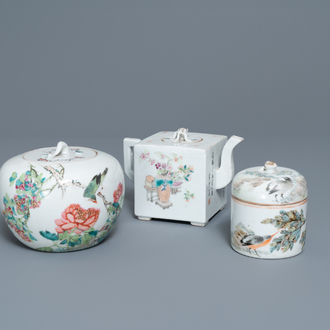 A Chinese qianjiang cai teapot and two covered bowls, 19/20th C.