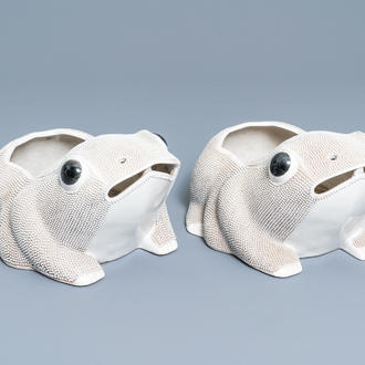 A pair of Chinese biscuit frog-shaped jardinières, 19th C.