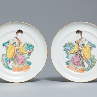 A pair of Chinese famille rose dishes with ladies holding a fan, 19th C.