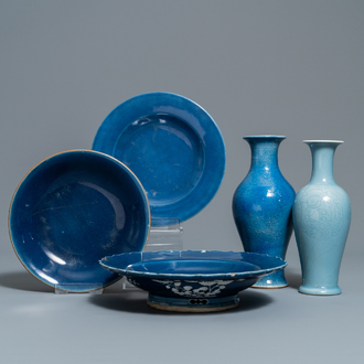 Two Chinese monochrome blue vases and three dishes, 19/20th C.
