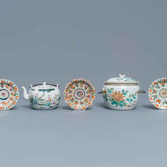 A Chinese famille rose teapot, a covered bowl and three Bencharong bowls on stand, 19th C.