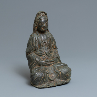 A large Korean bronze figure of Guanyin, 17th C.