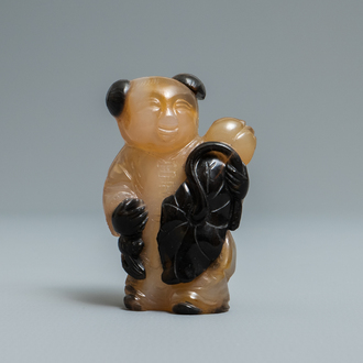 A Chinese carved agate snuff bottle in the shape of a boy, 19/20th C.