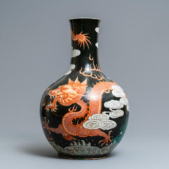 A large Chinese famille verte black-ground tianqiu ping vase with dragons, 19th C.