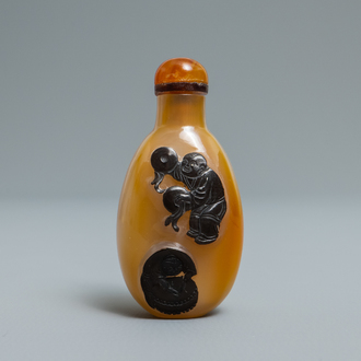 A Chinese carved agate snuff bottle with musicians, 19/20th C.