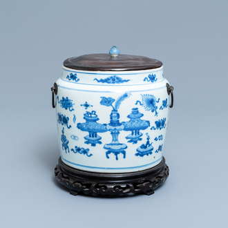 A Chinese blue and white bowl with antiquities design, Kangxi