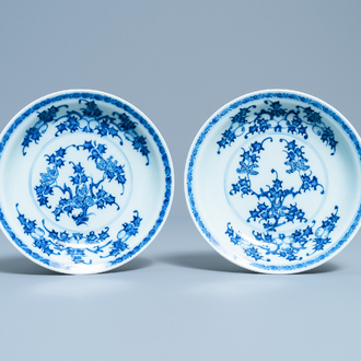 A pair of Chinese blue and white plates with floral design, Kangxi/Yongzheng
