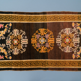 A rectangular Chinese hand-knotted wool carpet, 19/20th C.
