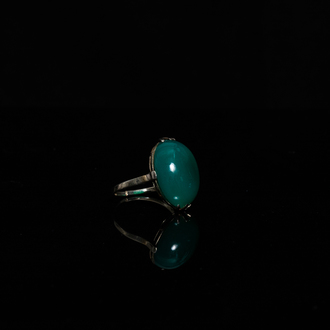 A Chinese jade-inset white gold ring, 19/20th C.