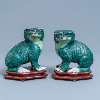 A pair of Chinese famille verte models of toads on wooden stands, 19th C.