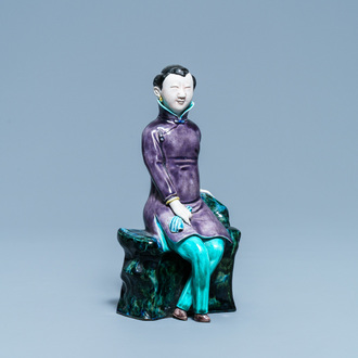 A Chinese polychrome porcelain figure of a seated lady, 19/20th C.