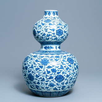 A large Chinese blue and white double gourd vase with floral scrolls, 19/20th C.