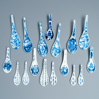 Seventeen Chinese blue and white spoons, 19/20th C.