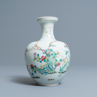 A Chinese famille rose vase with floral design, 19/20th C.