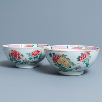 A pair of Chinese famille rose bowls with floral design, Yongzheng