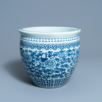 A Chinese blue and white fish bowl, 19th C.