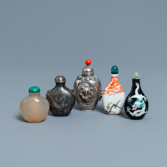 Five Chinese agate, porcelain and silver snuff bottles, 19/20th C.