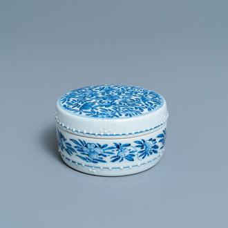 A round Chinese blue and white box and cover, Kangxi