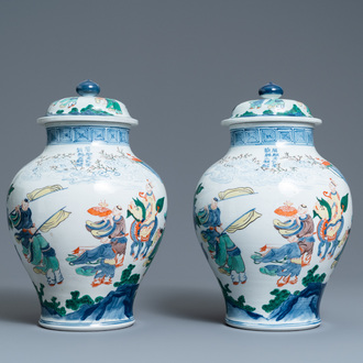 A pair of Chinese wucai vases and covers, 19/20th C.