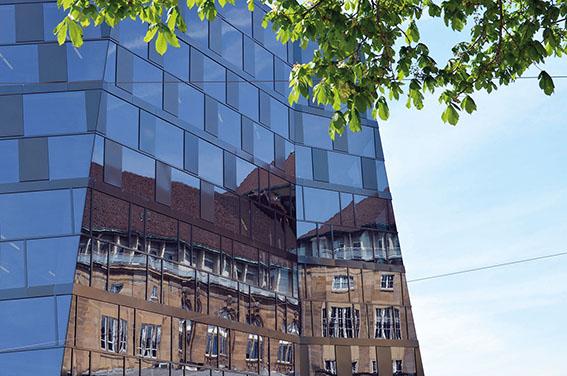 Altbau spiegelt sich in Neubau