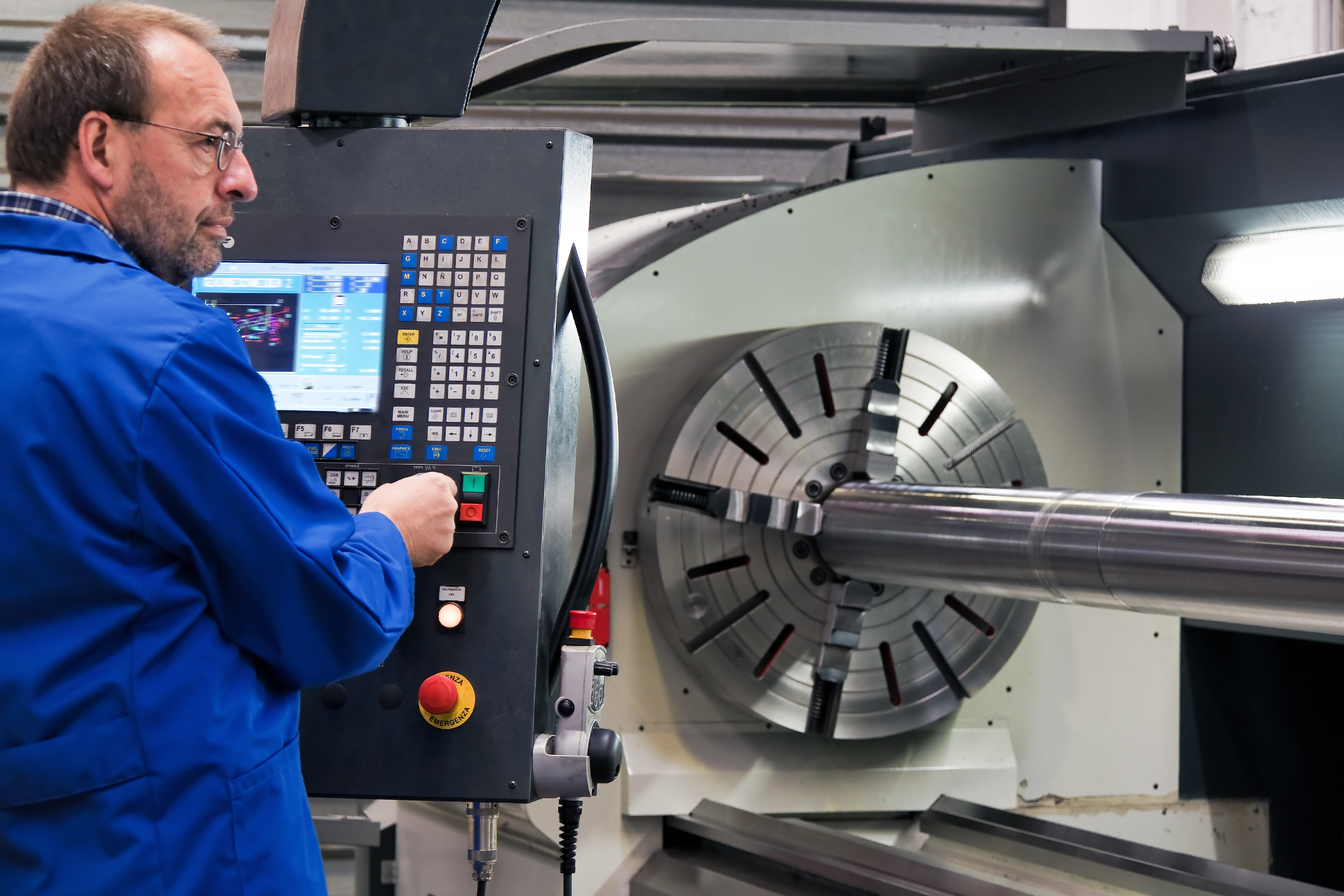 Arbeiter an einer Fräsmaschine. Foto: www.BilderBox.com