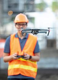 Bauarbeiter mit Drohne