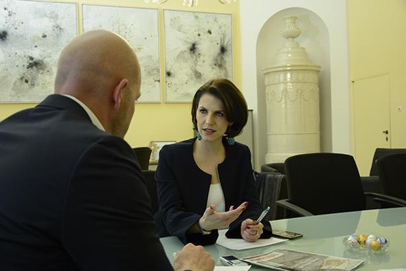 Karoline Edtstadler im Gespräch mit Kommunalverlag-Chef Michael Zimper.