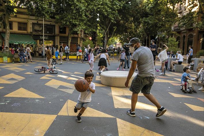 Eine der verkehrsberuhigten Zonen in den Superblocks von Barcelona.