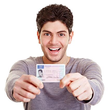 junge Mann mit Führerschein