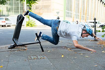 Man stürzt mit einem e-Scooter