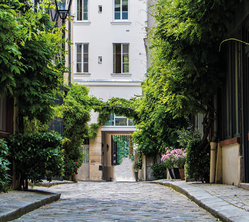 Begrünte Straße in Paris