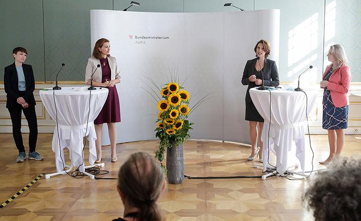 """Präsentiert wurde das Gesetzespaket gegen """"Hass im Netz"""" von der Grünen-Klubobfrau Sigrid Maurer und den Ministerinnen Alma Zadić, Karoline Edtstadler und Susanne Raab."""