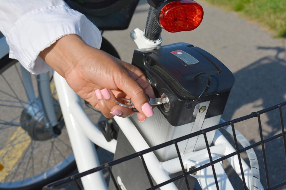 Frau montiert den Akku eines e-Bikes