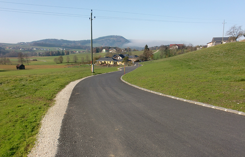Die sanierte Straße in Oberhofen am Irrsee.