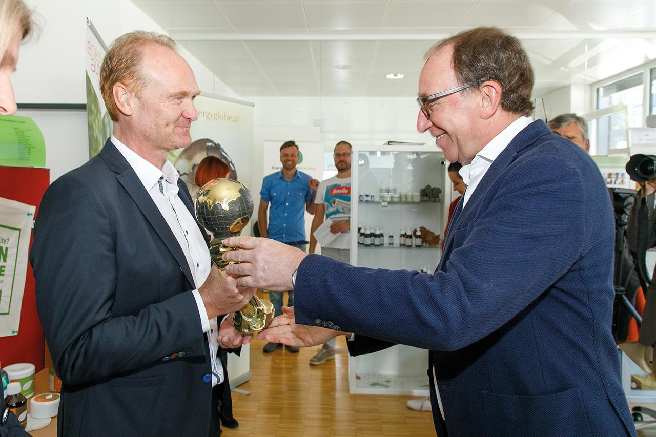 Regio-Obmann Guido Flatz von der Energieregion Vorderwald freut sich über die Auszeichnung, übergeben von Energieinstitut-Obmann LR Johannes Rauch.
